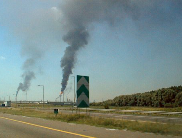 Rotterdam refineries catch fire